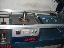 Переставляемый рабочий столик (справа от вертикального  шпинделя) одновременно служит его защитой при балансировке валов