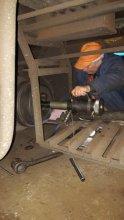 Процесс монтажа автоматической муфты слесарем под вагоном