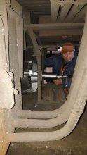 Процесс демонтажа автоматической муфты слесарем под вагоном